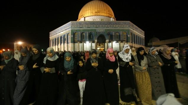 woman praying al-aqsa mosque