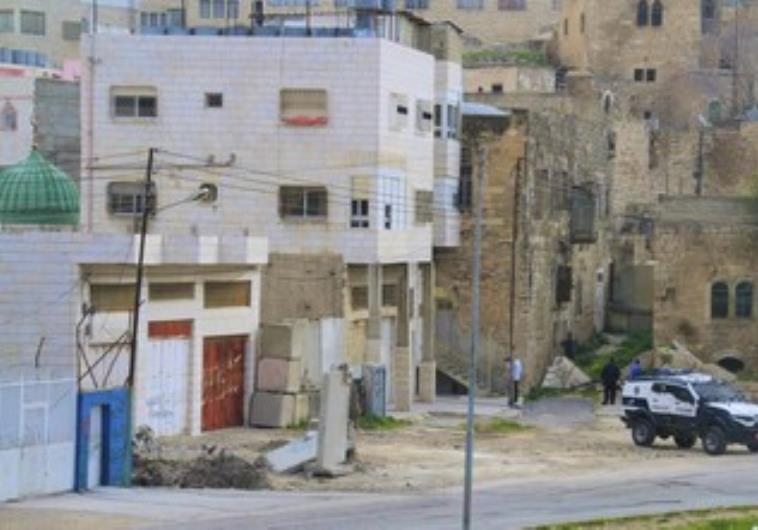 Settlers enter building in Hebron 370.